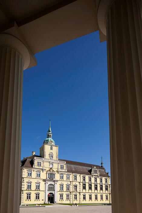 Aussenansicht Oldenburger Schloss. Im Schloss ist das Landesmuseum fuer Kunst- und Kulturgeschichte untergebracht. Die aeltesten gebaeudeteile entstanden in den Jahren 1607-1615 durch den Grafen Anton Guenther von Oldenburg. Aus der einst mittelalterlichen Burg entstand ein Repraesentationsbau im Stil der Spaetrenaissance