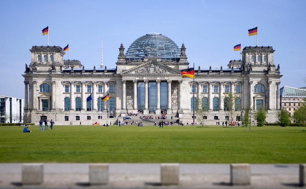 Architekturfoto Aussenansicht Reichstag in Berlin, Reichstagsgebaeude, Westportal mit Kuppel, Sitz des Deutschen Bundestages. Bundeshauptstadt.
